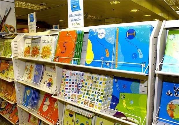 Libros de texto sobre un aparador en un centro comercial. (EFE)