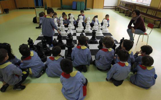 Alumnos de primaria juegan partidas de ajedrez en clase de matemáticas. / Luis Sevillano